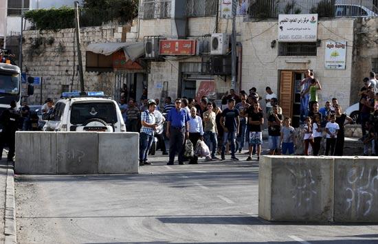 פלשתינאים מול הבטונדות שהקימו כוחות הביטחון/צילום: רויטרס