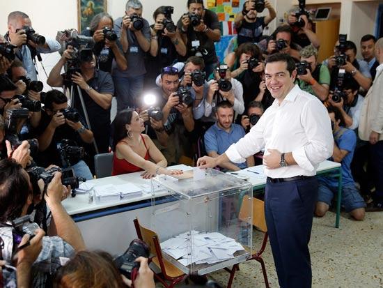יוון, אלכסיס ציפראס ראש ממשלת יוון מצביע / צילום: רויטרס