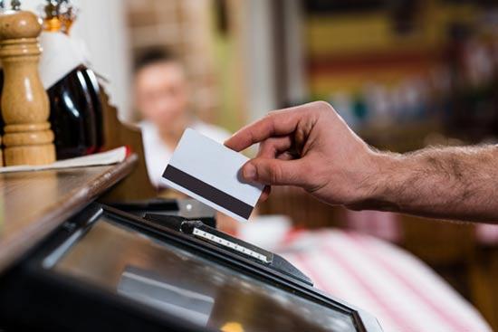 שימוש באשראי ישן באמצעות הפס המגנטי   / צילום:  Shutterstock/ א.ס.א.פ קרייטיב