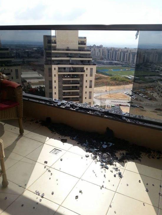 זכוכית מנופצת בבניין של גינדי החזקות / דניה סיבוס באם המושבות בפתח תקווה / צילום: זיו חצב