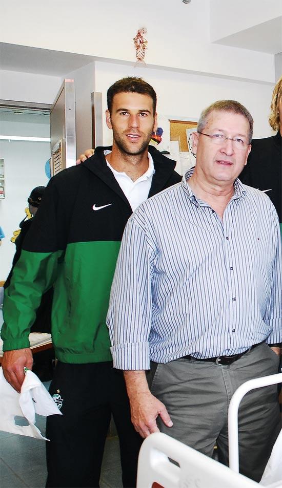 אילן גולדשטיין והכדורגלן תומר חמד / צילום: ליאת מנדל