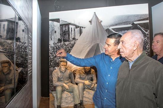 שמעון פרס ובועז דקל / צילום: מורג ביטן