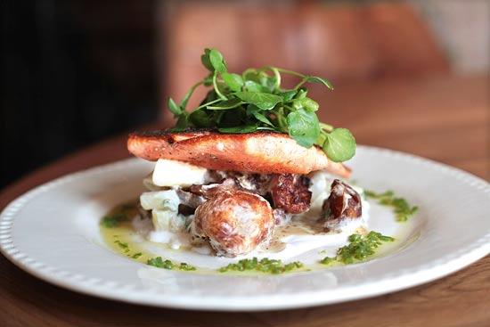 מסעדת קלארו - פורל מעושן ותפוחי אדמה ברוטב שמנת וחזרת / צילום: עדי גיא