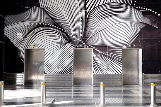 פסל אור על יד המעלית / צילום: יח