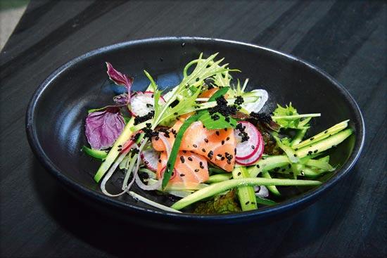 מסעדת טאיזו - סשימי סלמון, חומץ אורז וסויה בהירה / צילום: תמר מצפי