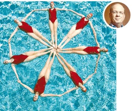 מאיר לינזן (בעיגול) ושחייה צורנית / צילום: איל יצהר, Shutterstock א.ס.א.פ קרייטיב