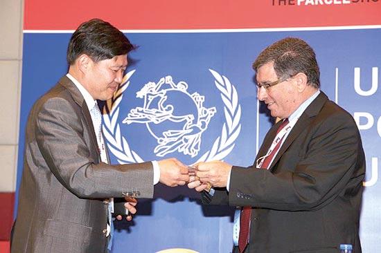 גולדשטיין ומנכ״ל הדואר הקוריאני, ג׳ונסוג  פארק / צילום: יחצ קמיר בכר