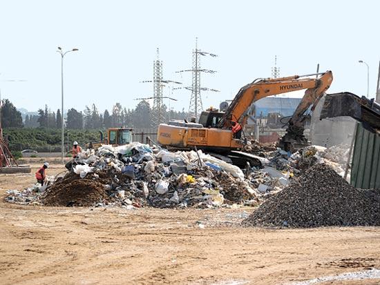 אתר מחזור של פסולת בנייה בהרצליה / צילום: איל יצהר