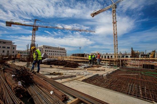 פרויקט בנייה. הבטיחות מחייבת כניסה לעבודה באתר רק לאחר הדרכה / צילום: גלעד קבלרצ'יק