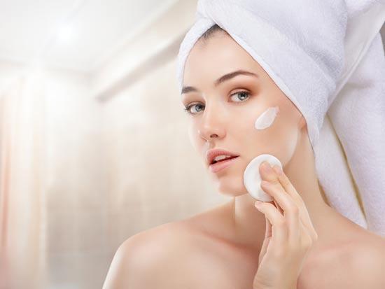 חשוב לטפל בעור רק באמצעות תכשירים נכונים / צילום: Shutterstock/ א.ס.א.פ קרייטיב