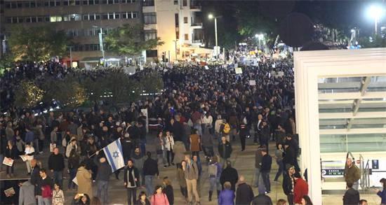 המפגינים מתפזרים לאחר התערבות המשטרה בהפגנת המחאה הערב / צילום: שלומי יוסף