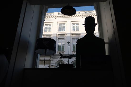 מבט לרחוב מחלון חנות המוזיאון / צילום: רוני ערן