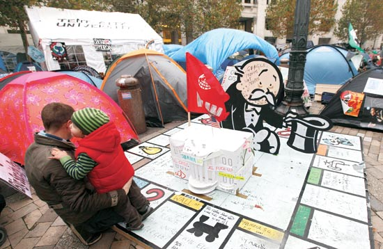 משחק מונופול ענק ברחוב / צילום: רויטרס