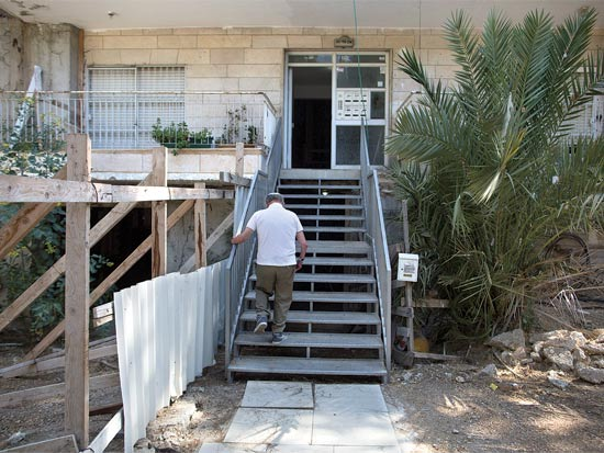 הכניסה לבניין. רוצים פיצוי בגובה 4.5 מיליון שקל על עוגמת נפש / צילום: ליאור מזרחי