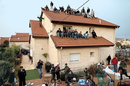 פינוי הבתים בעפרה / צילום: רויטרס