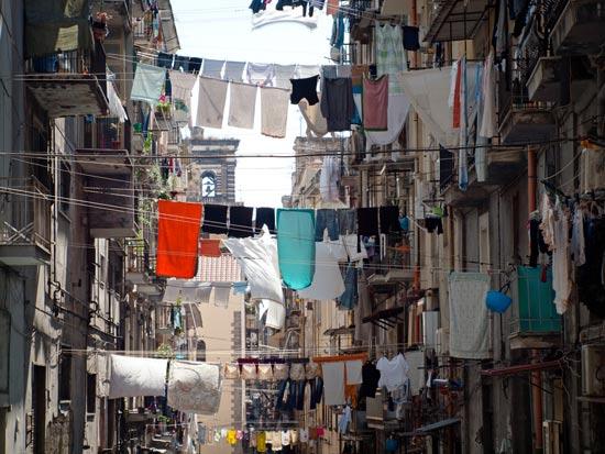 כמו דגלים, חבלי כניסה תלויים בין הבניינים/צילום: Shutterstock/ א.ס.א.פ קרייטיב