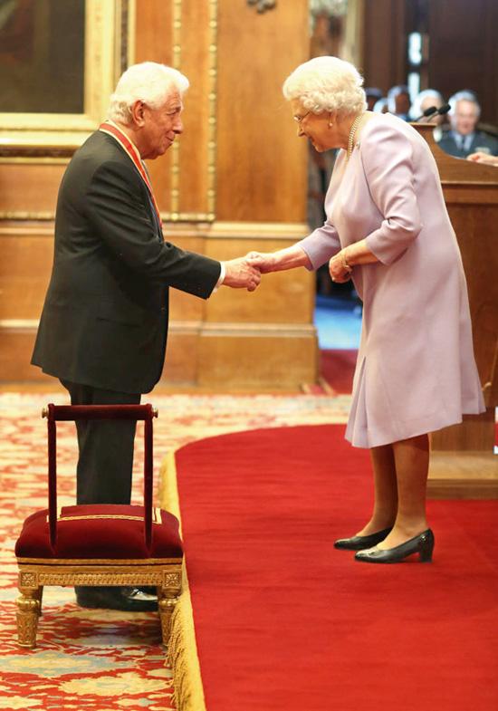 המלכה אליזבט השניה וסר פרנק לואי / צילום:Jonathan Brady/PA Images via Getty Images