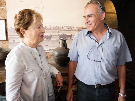 אריה דהן ורעיה שטראוס בן דרור. המבנה המוזנח הפך למוזיאון / צילום: סוכנות ג'יני