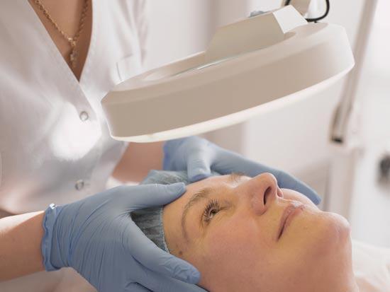 טיפול אנטי אייג'ינג עושים אצל רופא עור /צילום:Shutterstock/ א.ס.א.פ קרייטיב