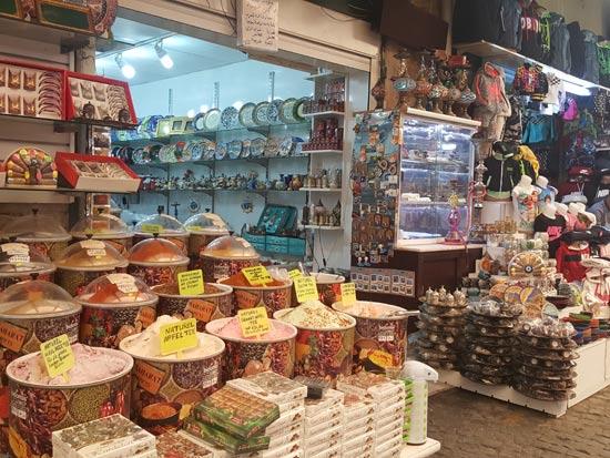 שוק צבעוני ומלא בדוכנים של עבודות יד וממתקים מקומיים/ צילום: ליהי רון