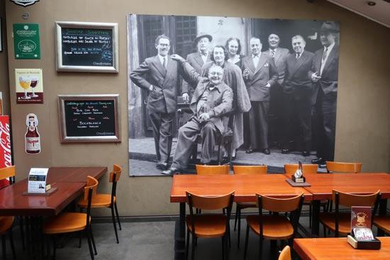 בית קפה של הסוריאליסטים מגריט שני מימין  / צילום: רוני ערן
