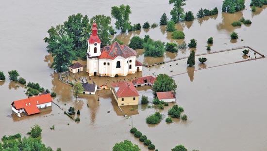 הצפות בצ'כיה / צילום: פיטר סנק, רויטרס