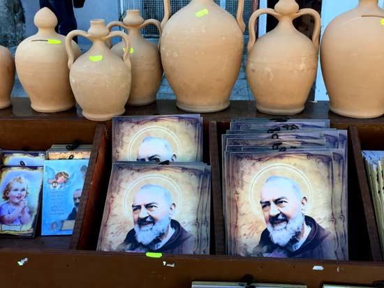 תעשיית המזכרות סביב הקדוש / צילום: יונית קמחי