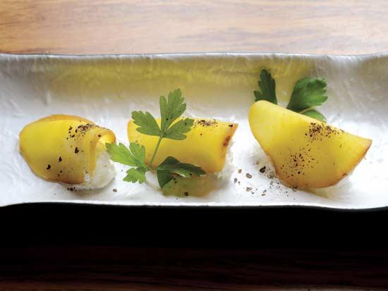 פיסות צנון כבוש ומעושן עם תלולית גבינה / צילום: איל יצהר