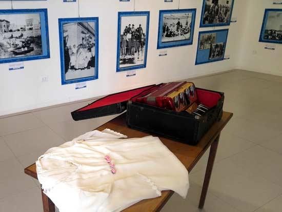 מוצגים במוזיאון הזיכרון בכפר / צילום: יונית קמחי