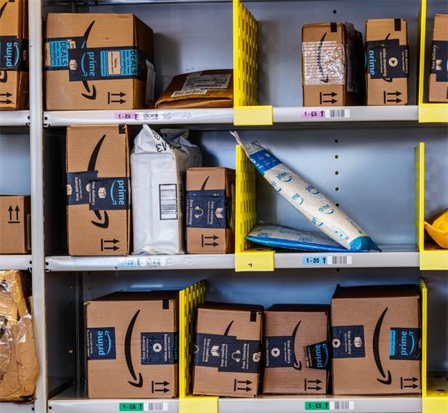 חבילות מאמזון \ צילום: שאטרסטוק
