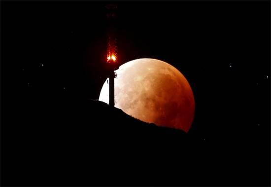 ליקוי ירח מלא בשווייץ / צילום: רויטרס