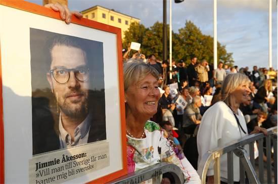 מערכת הבחירות בשבדיה: פעילה עם כרזה של ג'ימי אקסון / רויטרס