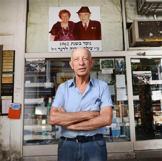 שרגא לרנר, בעלי חנות למכשירי כתיבה ברחוב קרליבך \ צילום: איל יצהר