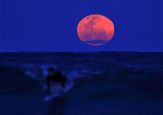 ליקוי ירח מעל לגולש באוסטרליה / צילום: רויטרס