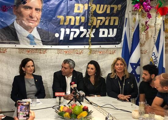 זאב אלקין ורחל עזריה במסיבת העיתונאים הערב / צילום: אבי לרנר