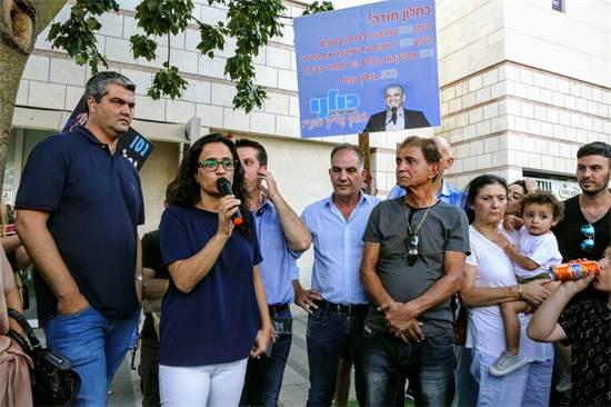 """ראש עיריית אור יהודה עו""""ד ליאת שוחט בהפגנה / צילום: אמיר המאירי"""
