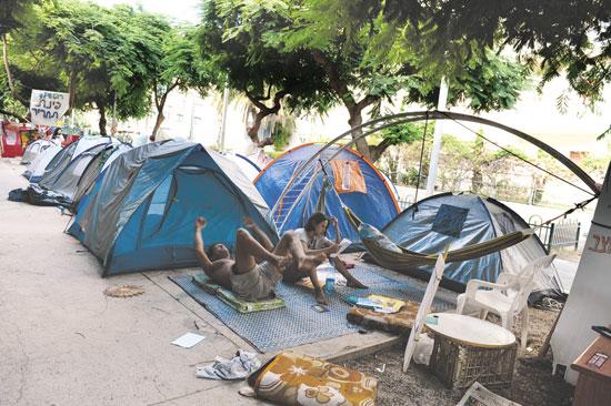 """אוהלים בשדרות רוטשילד בקיץ 2011. """"החוזה עם המדינה נשבר"""" /  צילומים: תמר מצפי"""