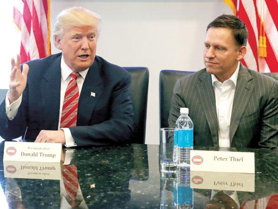 """פיטר תיל (מימין) עם נשיא ארה""""ב דונלד טראמפ / צילום: רויטרס"""