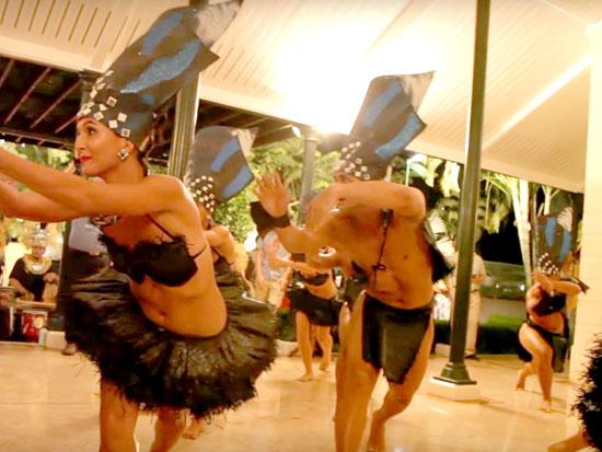 המתיישבים צופים בריקודים מסורתיים בטהיטי / צילומים: מתוך הסרט SeaStanders