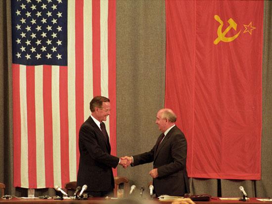 ג'ורג' בוש ומיכאל גורבצ'וב ב-1991 / צילום: רויטרס Rick-WilkingFile