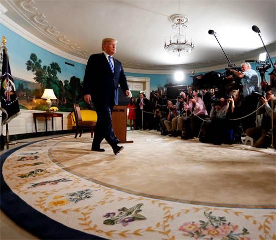 טראמפ בכניסתו למסיבת העיתונאים / צילום: ג'ונתן ארנסט, רויטרס
