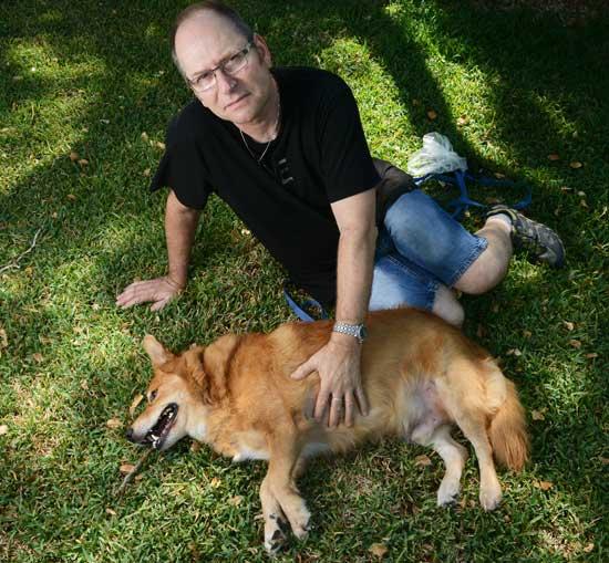 דובי רומן והכלב ג'וני/ צילום: איל יצהר