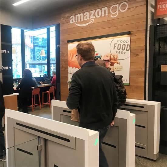 לקוח יוצא מחנות אמזון גו בסיאטל / צילום: Jeffrey Dastin, רויטרס