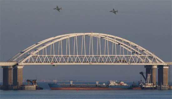 אוניית המשא הרוסית חוסמת את המעבר במצר קרץ' / צילום: pavel rebrov, רויטרס
