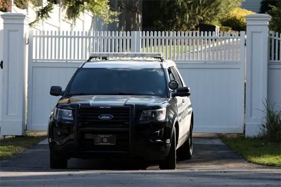 רכב השירות החשאי חונה מחוץ לבית הקלינטונים / צילום: רויטרס