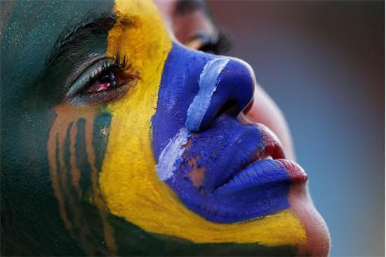 אוהדת ברזיל מבכה את התבוסה לגרמניה ב-2014 / צילום: רויטרס -  Marcos Brindicci
