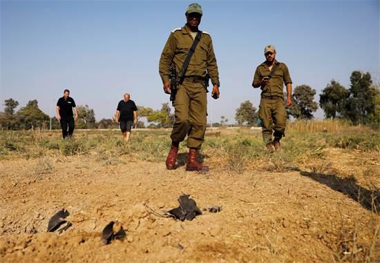"""חיילי צה""""ל סמוך למקום נפילת רקטה בעוטף עזה סמוך לקיבוץ / רויטרס"""