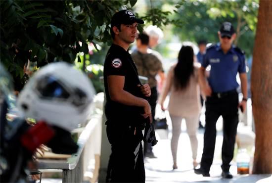 שוטר מחוץ לביתו של הכומר האמריקאי אתמול / צילום: רויטרס