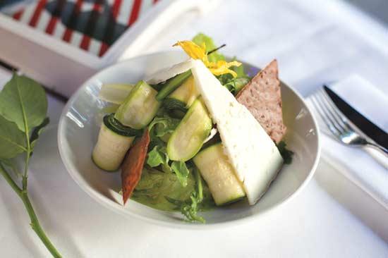 סלט זוקיני נא ובמיה כמעט חיה עם גבינת עזים ונענע, / צילום: מירב בן לולו