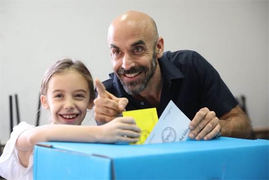 """אסף הראל ובתו בקלפי - בחירות לראשות עיריית ת""""א"""